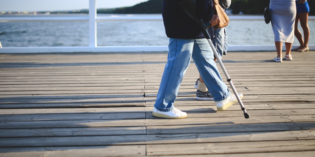 woman_walking_jeans_pier