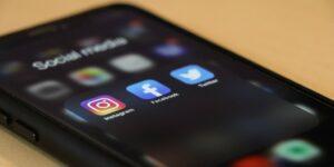 social media mobile phone facebook twitter instagram